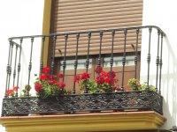 zasunięte rolety w oknie